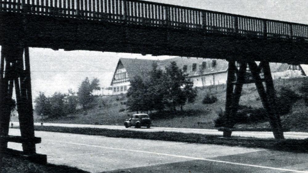 """Die alte hölzerne Fußgängerbrücke über die A 3, im Volksmund """"Jägersteg"""" genannt, in den 1950er-Jahren"""