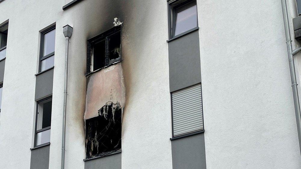 Brandspuren an einer Hausfassade