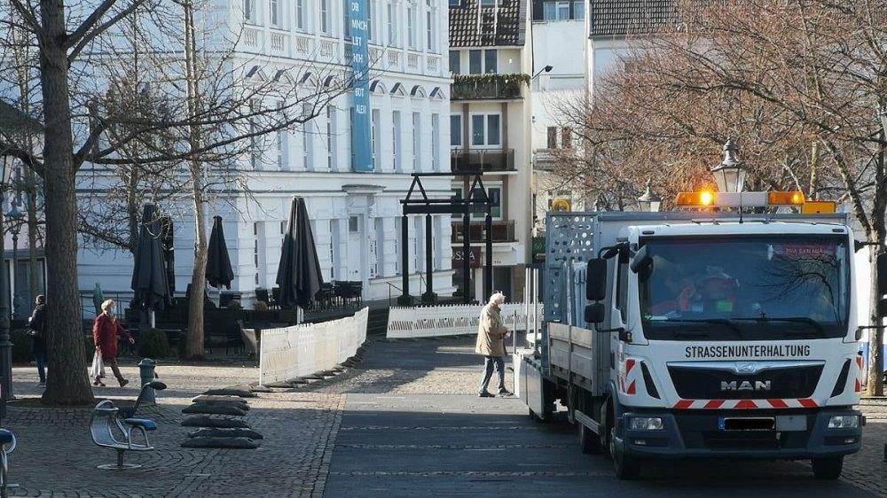 Baufahrzeug, das Straßensperren vor dem Museum aufstellt