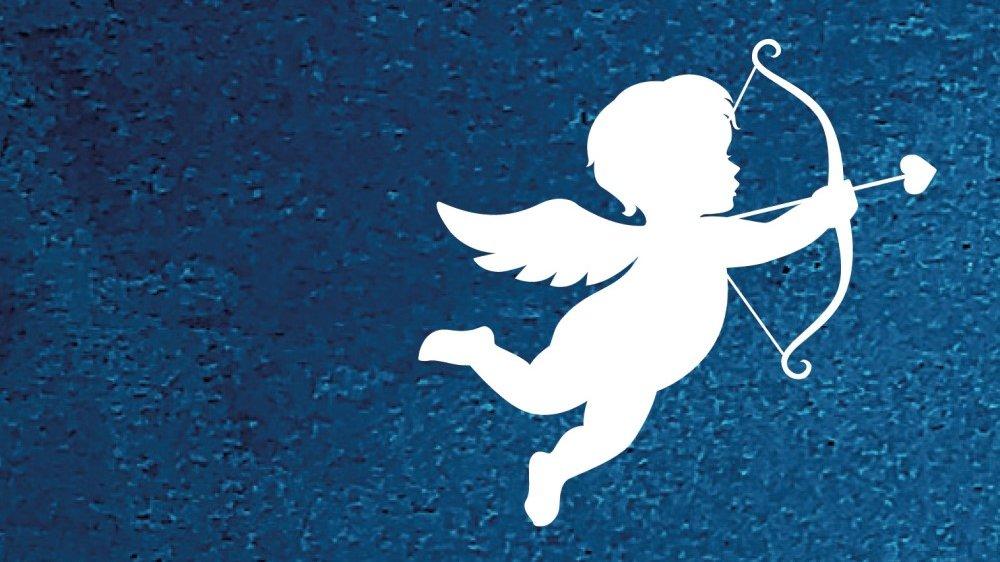 Weißer Engel mit Pfeil und Bogen auf blauem Hintergrund