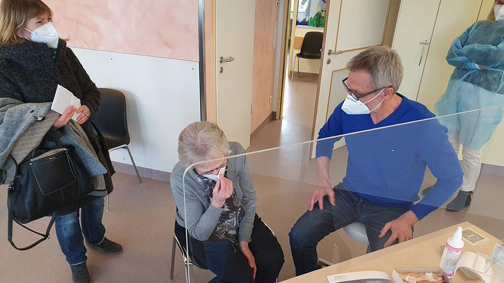 Dr. Ulrich Sprenker bei der Impfung von Gertrud Rusche