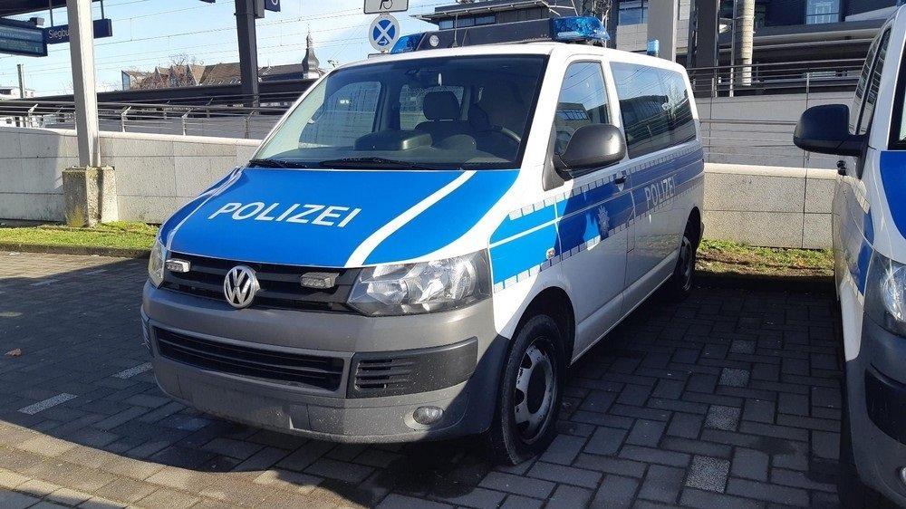 Polizeiauto ohne Nummernschild und mit zerstochenem Reifen