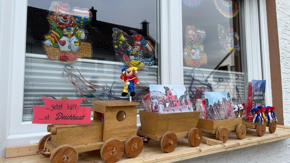 Ein geschmücktes Karnevalsfenster auf dem Deichhaus