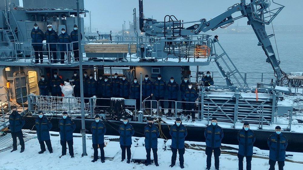 """Besatzung des Patenboots """"Siegburg"""" au dem verschneiten Deck"""