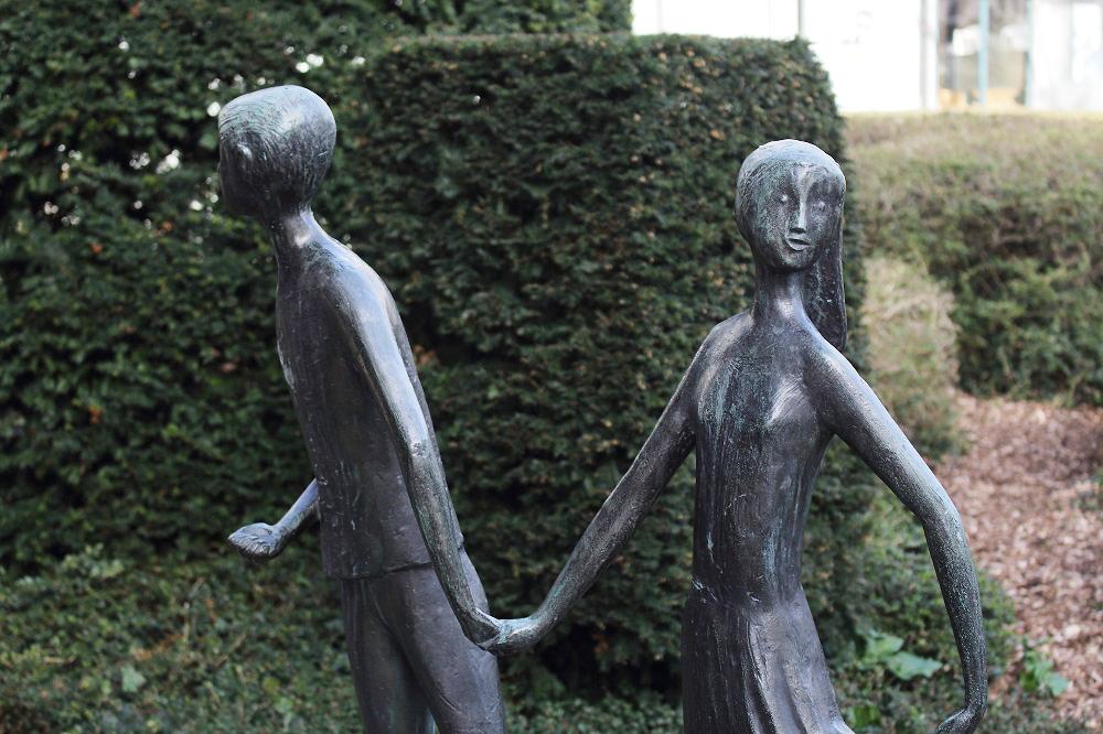 """""""Hänsel und Gretel""""-Skulptur vor dem Rathaus"""