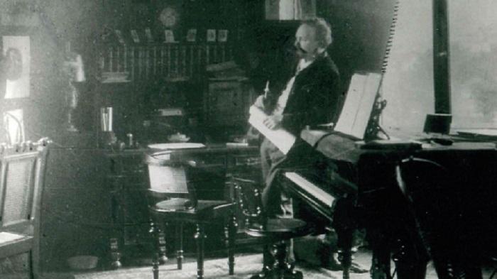 Engelbert Humperdinck am Steingraeber-Flügel in seinemBopparder Arbeitszimmer