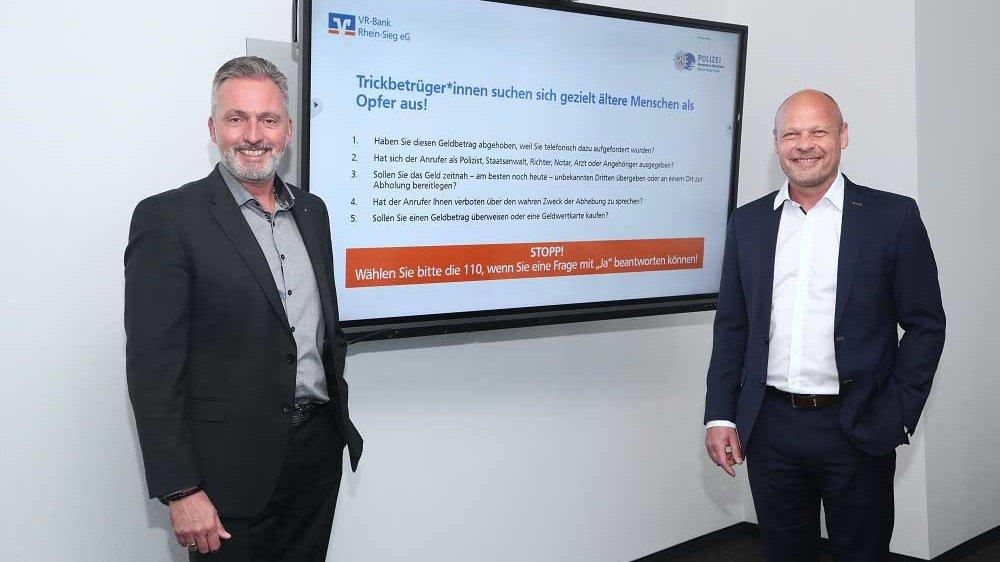 Kriminaldirektor Dirk Schuster (rechts), und Holger Hürten (links), Vorstandsvorsitzender der VR-Bank Rhein-Sieg