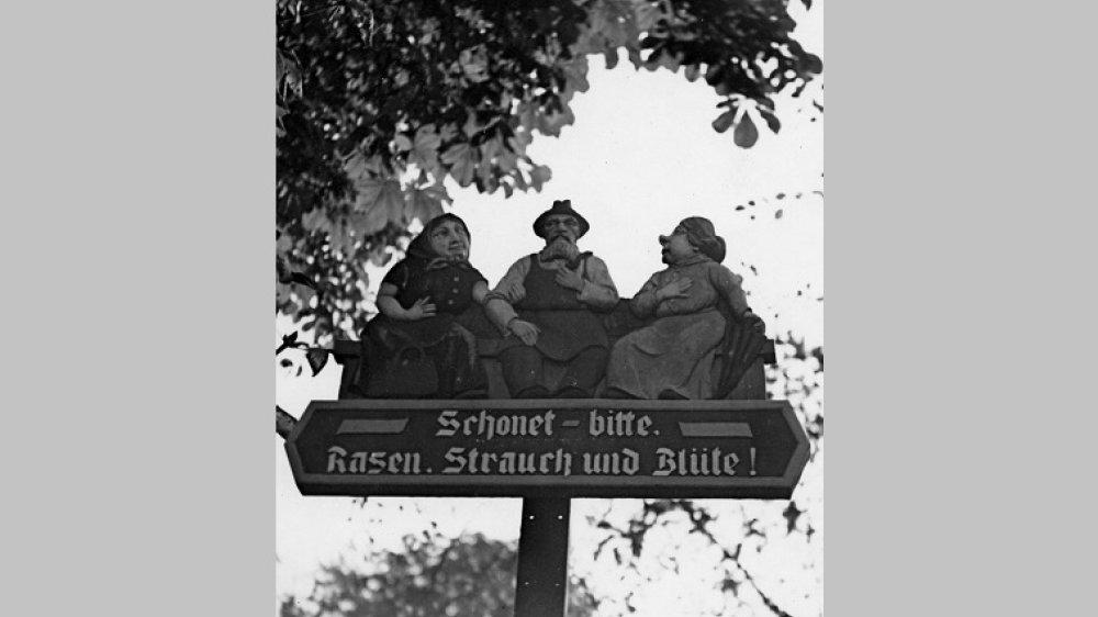 geschnitztes Hinweisschild auf dem Michaelsberg 1956