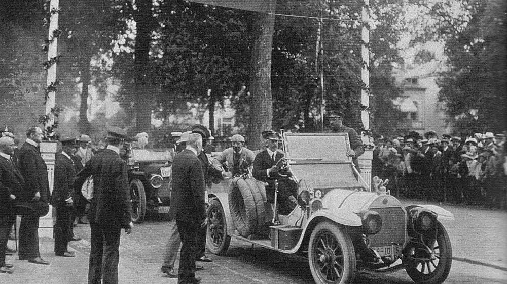 Prinz Heinrich im Jahr 1910, hier Zielankunft in Bad Hamburg am Steuer eines Benz Phaeton
