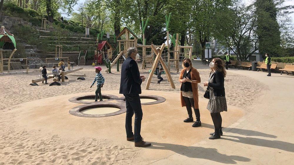 Bürgermeister Stefan Rosemann mit Betreuerinnen der Kita Murkel 3 auf dem Spielplatz am Michaelsberg, im Hintergrund spielende Kinder und der Sicherheitsdienst