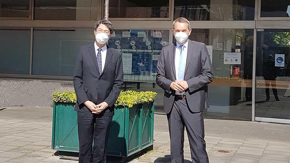 Japanischer Generalkonsul Iwama und Bürgermeister Stefan Rosemann