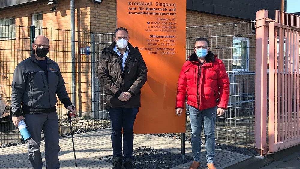 Lars Nottelmann, Mitte, mit Umweltscout Wassili Perters, links, und Ralf Schwartmanns