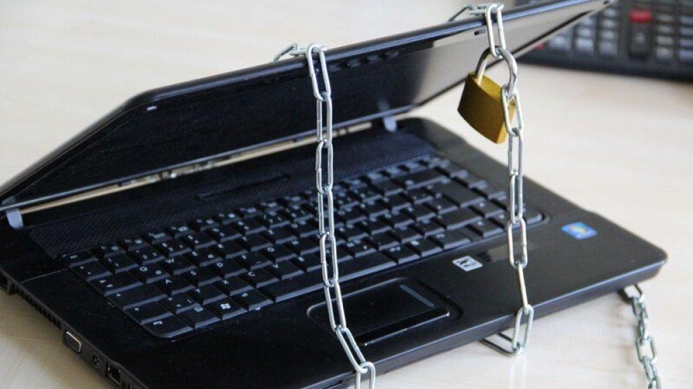Ein mit einer Kette und Schloss gesicherter Laptop