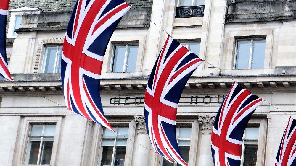 Britische Flaggen vor einer Hauswand