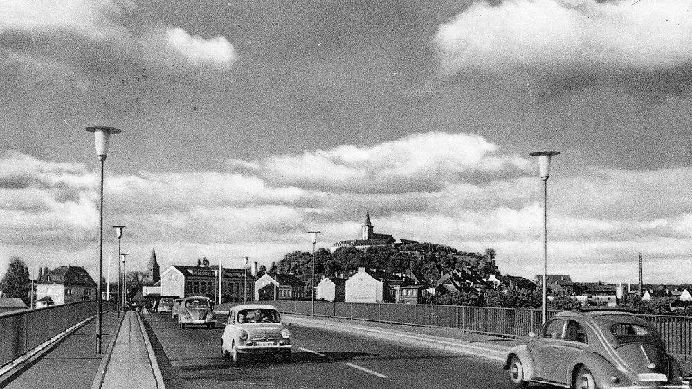 Neue Siegbrücke mit modernen Lampen 1956