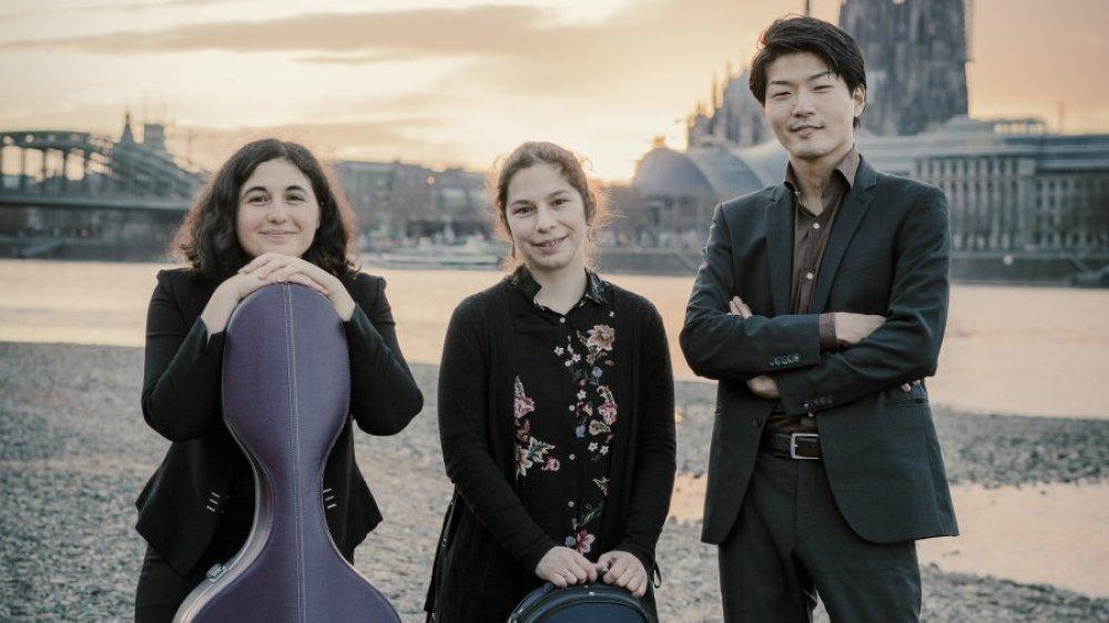 Alterna Trio am Rheinufer vor Hohenzollernbrücke, Dom und Musical-Dome