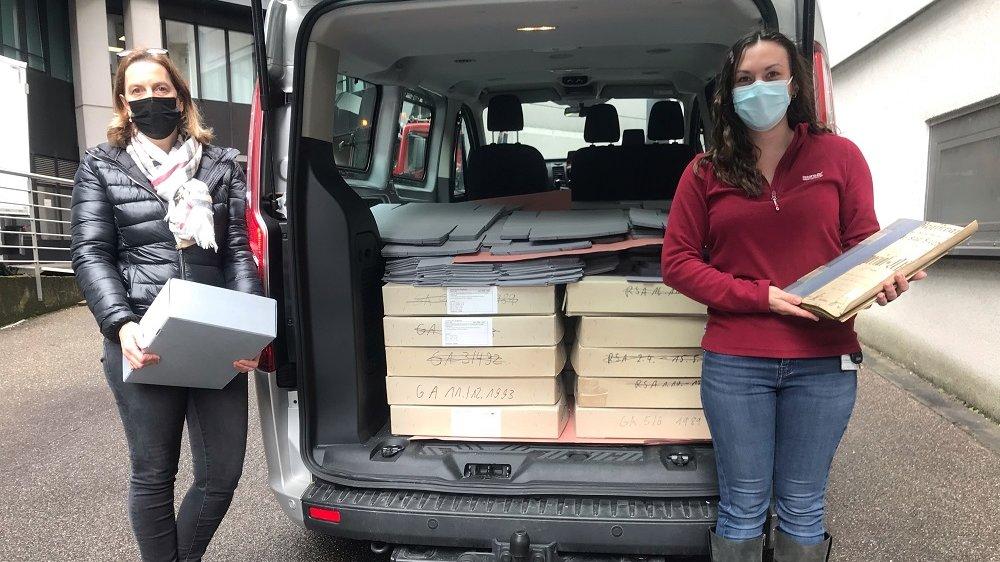 Archivmitarbeiterin Carina Schmidt (l.) entlädt mit Emily Clarke vom Landschaftsverband Rheinland die Aktenkartons