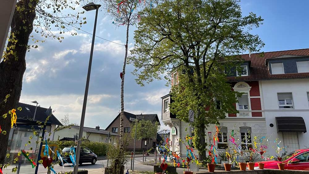 JGV-Rosenhügel - bunt geschmückte Mini-Maibäume