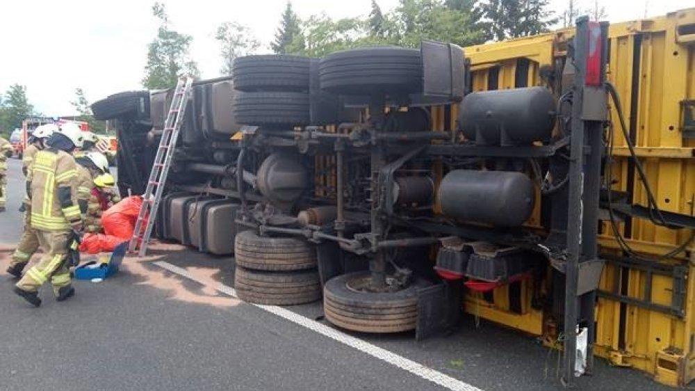 Feuerwehrleute an einem umgestürzten LKW