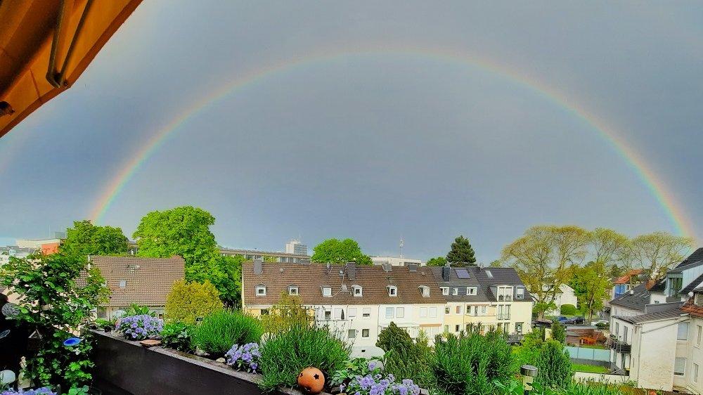 Regenbogen über Häusern