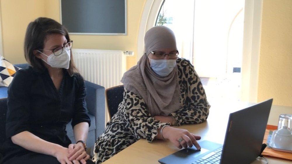 Sprachförderkraft Susanne Göttfert und Elternbetreuerin Khadiya Asbai am Laptop