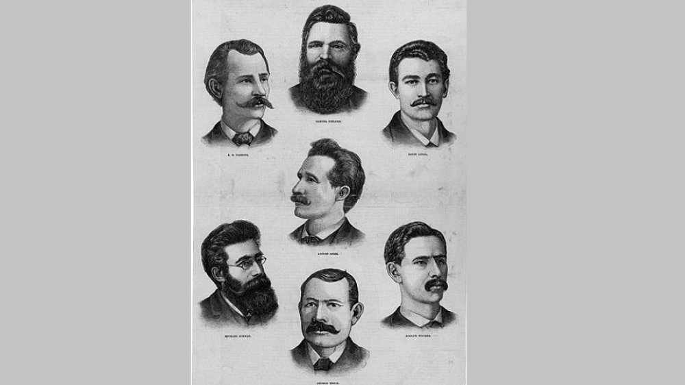 Abbildung der sieben zum Tode verurteilten Streikführer, 1887 - Arbeiterversammlung in Chicago auf dem Haymarket