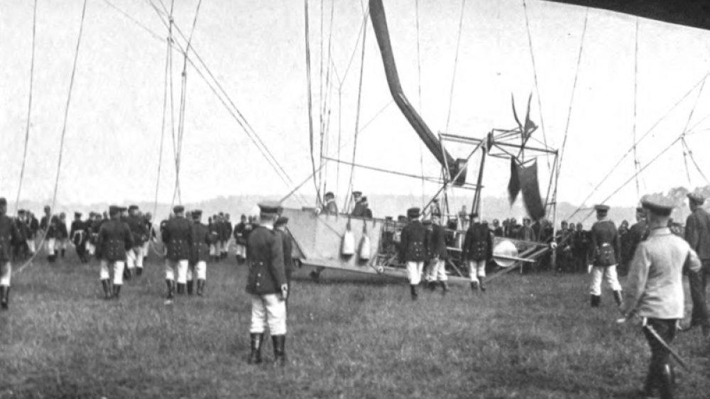 Major August von Parseval wagt in Tegel den ersten Aufstieg mit einem selbstgebauten lenkbaren Luftschiff 1906