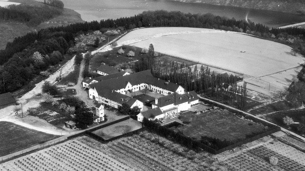 Blick auf Gut Umschoß und die Talsperre 1956