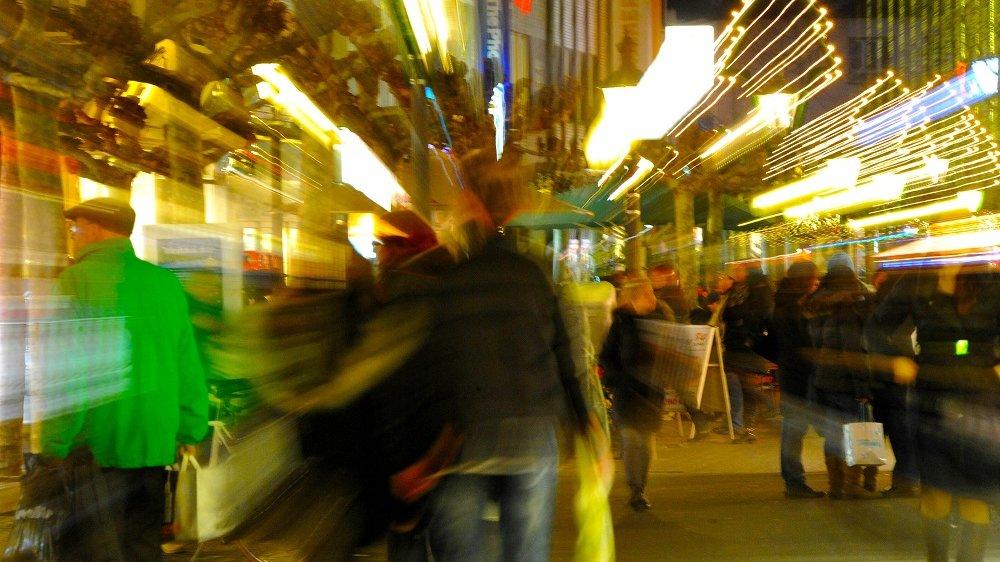 Siegburger Fußgängerzone mit verschwommenen Passanten und Lichtern