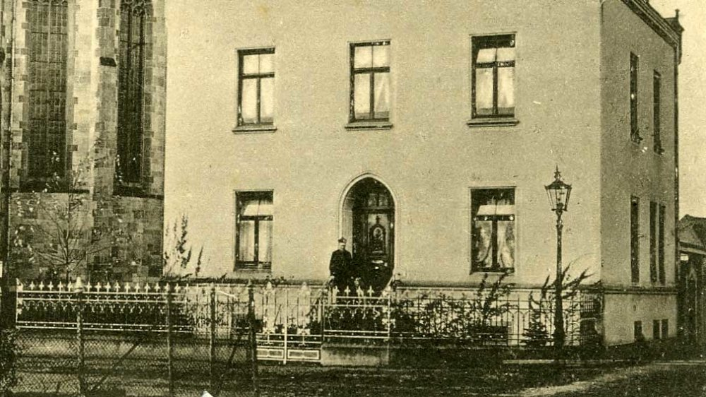 Pfarrrektor Reistorff vor dem Pfarramt St. Anno um 1910