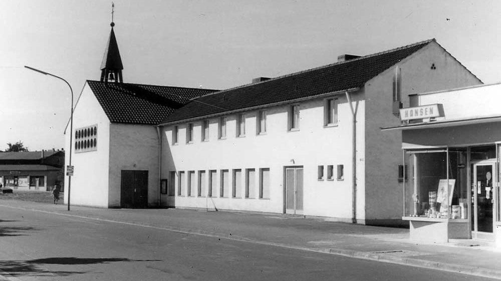 Die 1953/54 erbaute alte Stallberger Kirche im Jahr 1964