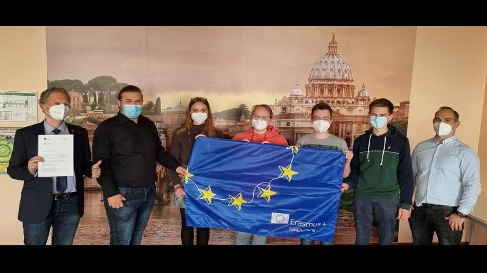 Schulleiter Sebastian Kaas, links, und Achim Werner, koordinierender Lehrer für das ERASMUS+-Projekt, rechts, mit Schülervertretern