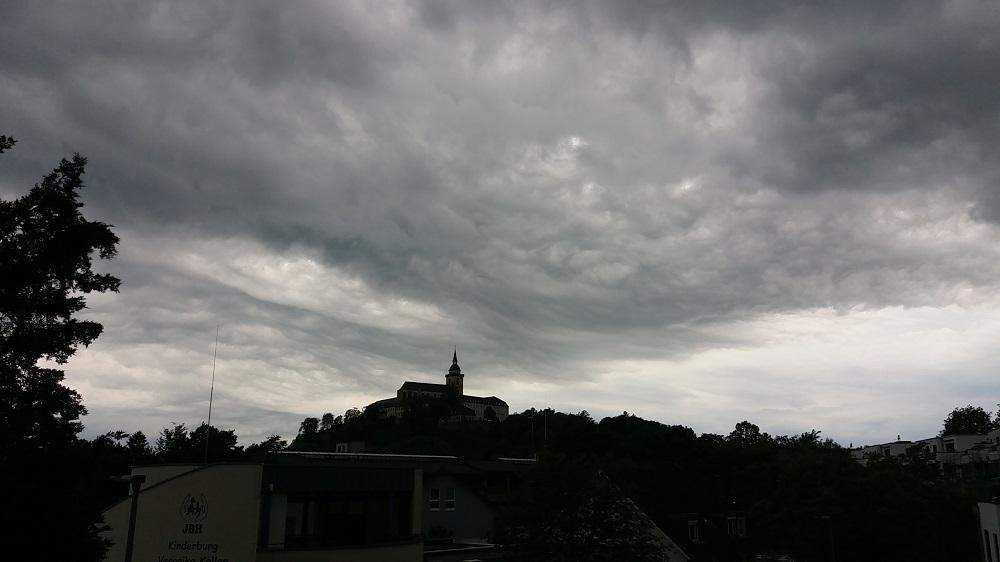 Dunkle Wolken über Michaelsberg und Landschaft