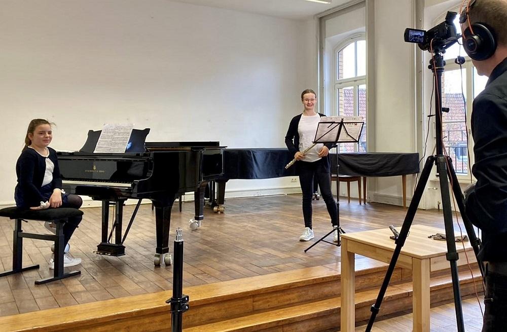 Aufnahme von Musikschülern an Klavier und Querflöte