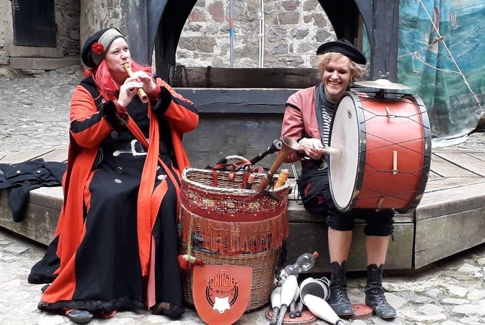 Die rote Füchsin an einer Flöte, Fin de Filou an einer Trommel