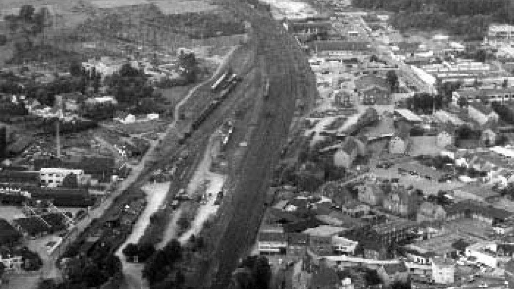 Luftbild aus der ersten Hälfte der 1960-er-Jahre, links oben das Umspannwerk der RWE, rechts darüber die Kleingartenanlage, unten Mitte das ehemalige CVJM-Haus, links unten der Berliner Platz