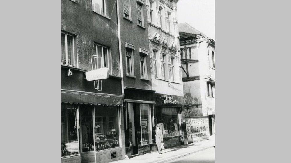 Haus Holzgasse 52 (links) vor dem Abriss im April 1973