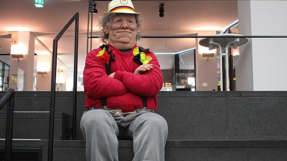 """Die Figur """"Lottchen"""" auf den Stufen im Stadtmuseum"""