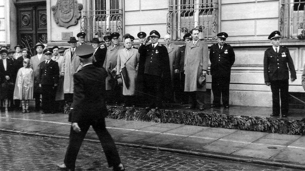 Festumzug der Feuerwehr zum 75-jährigen Jubiläum - vor dem Stadthaus in der Kaiserstraße 1956
