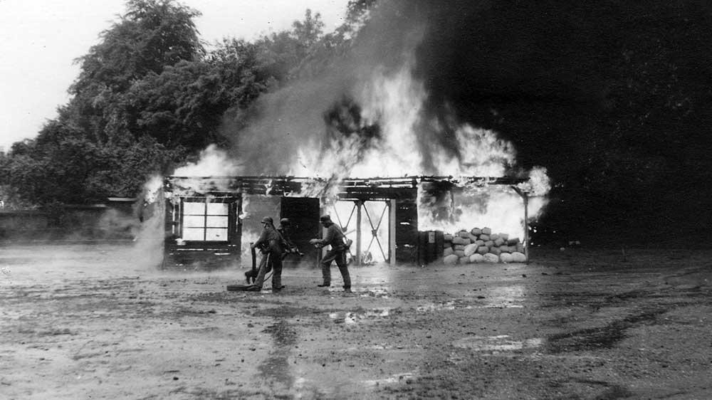 Die Übung der Siegburger Feuerwehr 1956 auf dem im Volksmund seinerzeit Thingplatz genannten Mühlentorplatz mit der lichterloh brennenden Baracke