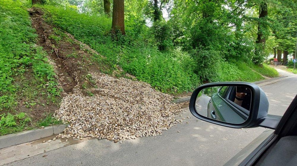 Aus dem Hang auf die Bergstraße gespülte Steine