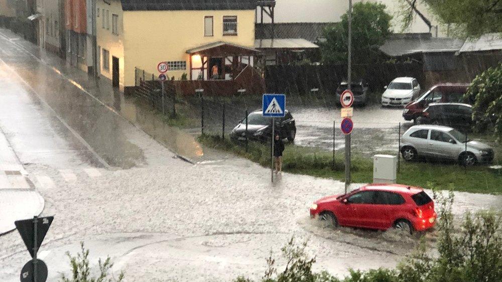 Überflutung des Kreisverkehrs Zeithstraße