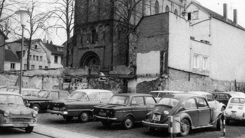 Autos parken auf dem Areal Griesgasse/Mühlenstraße in den frühen 1970-er-Jahren