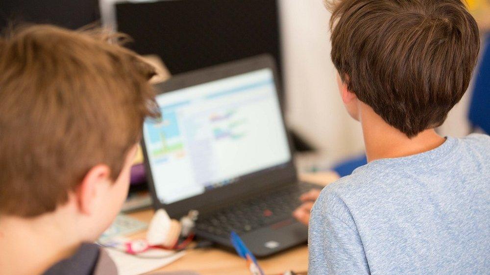 Jungen arbeiten am Laptop