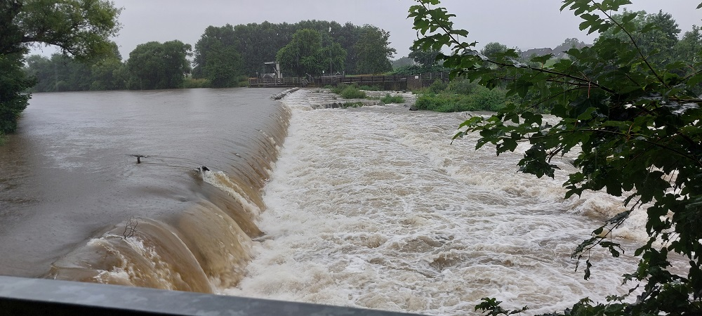 Das Wasser steigt an die Ufer