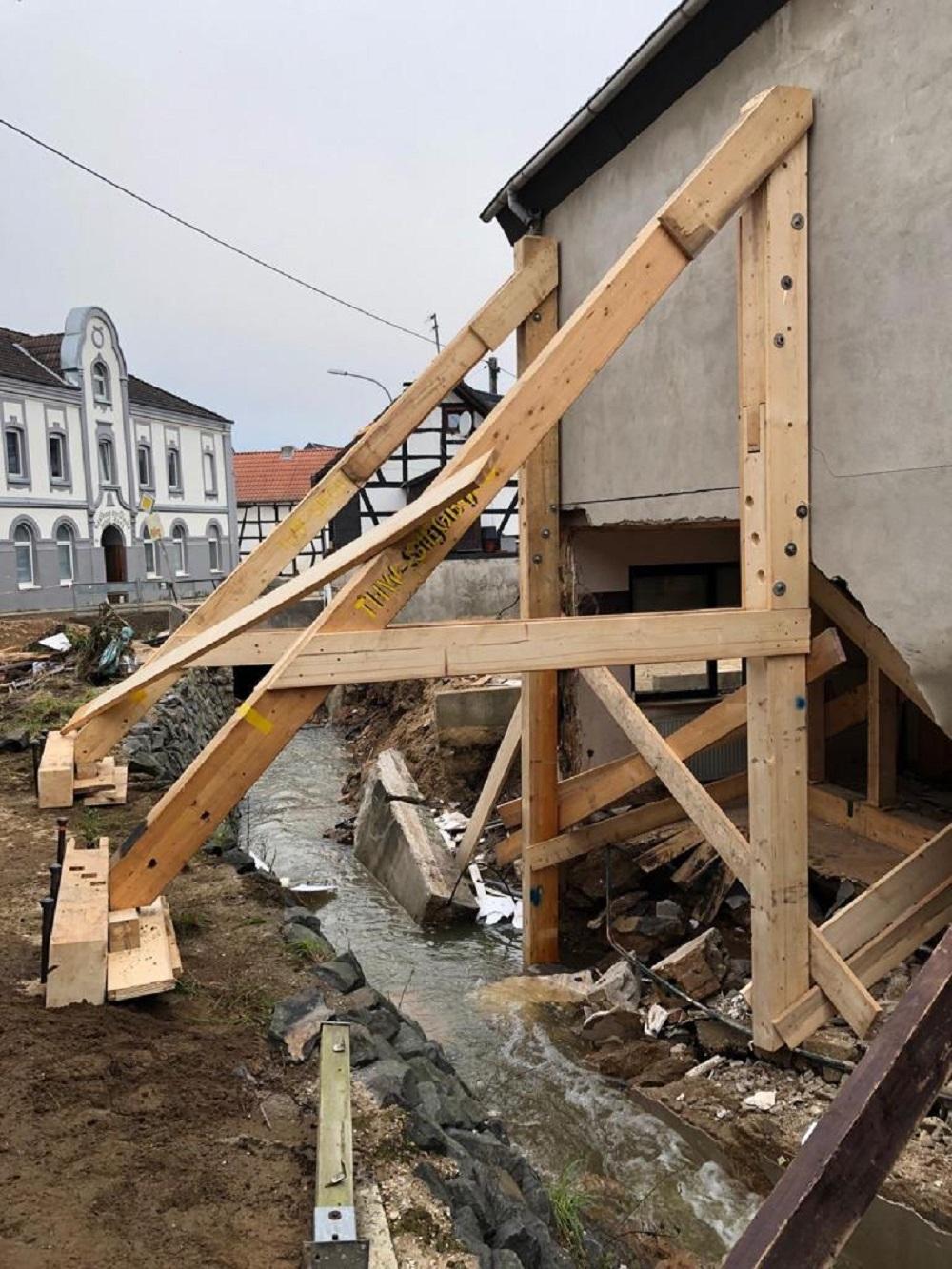 Holzstützen wurden zur Stabilisierung angebracht