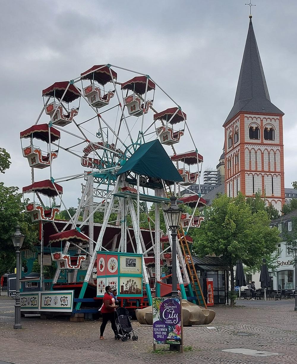 Historisches Riesenrad auf dem Markt, im Hintergrund St. Servatius.