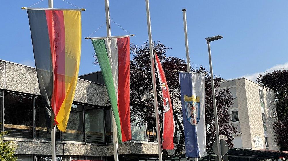 Flaggen auf Halbmast wegen Flutkatastrophe