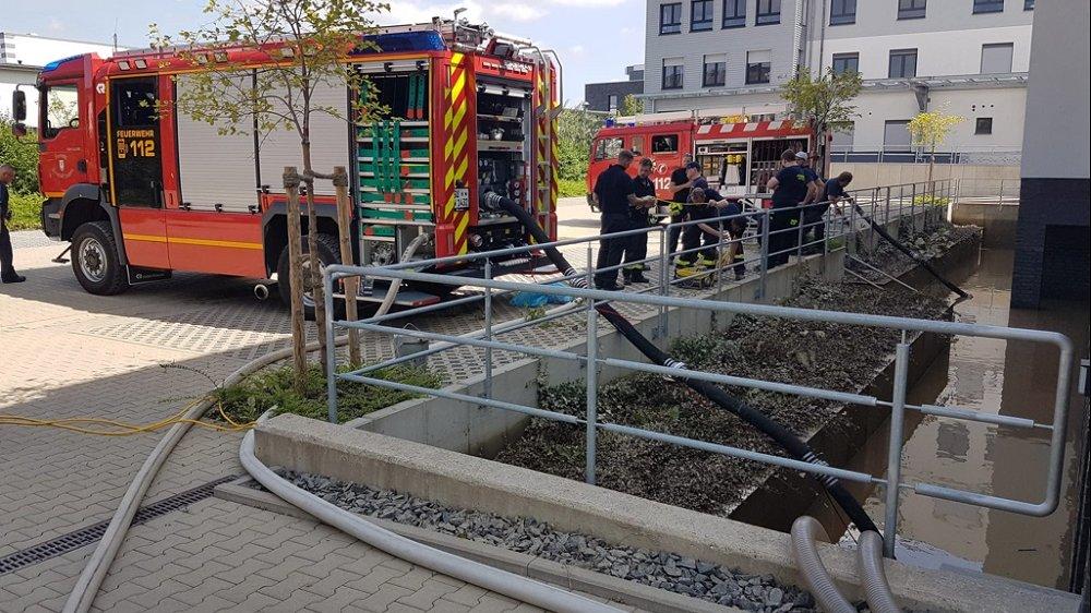 Wasserpumpen der Feuerwehr im Einsatz