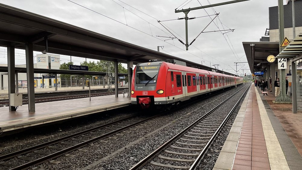 Bahn fährt in Siegburger Bahnhof ein
